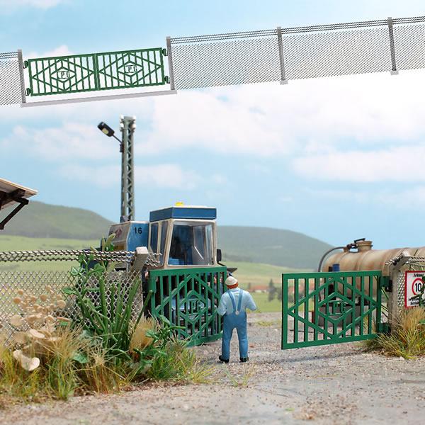 Busch 1019 - East German Gate & Chain Link Fence