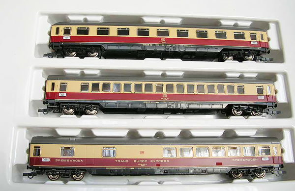 Consignment MA42991 - Marklin 42991 Helvetia TEE Passenger Coach Set (3 lighted)