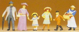 Preiser 12132 - 1900s family walking  6/