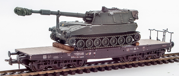 REI Models 6870101 - German Camoflaged M109 A2 howitzer loaded on a six axle DB flat car