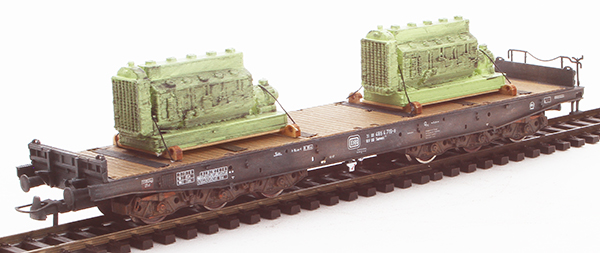 REI Models 76828 - Custom Weathered German DB heavy six axle flat car with two diesel motor loads