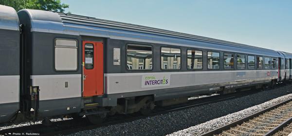 """Roco 74536 - 1st class """"Corail"""" saloon coach"""
